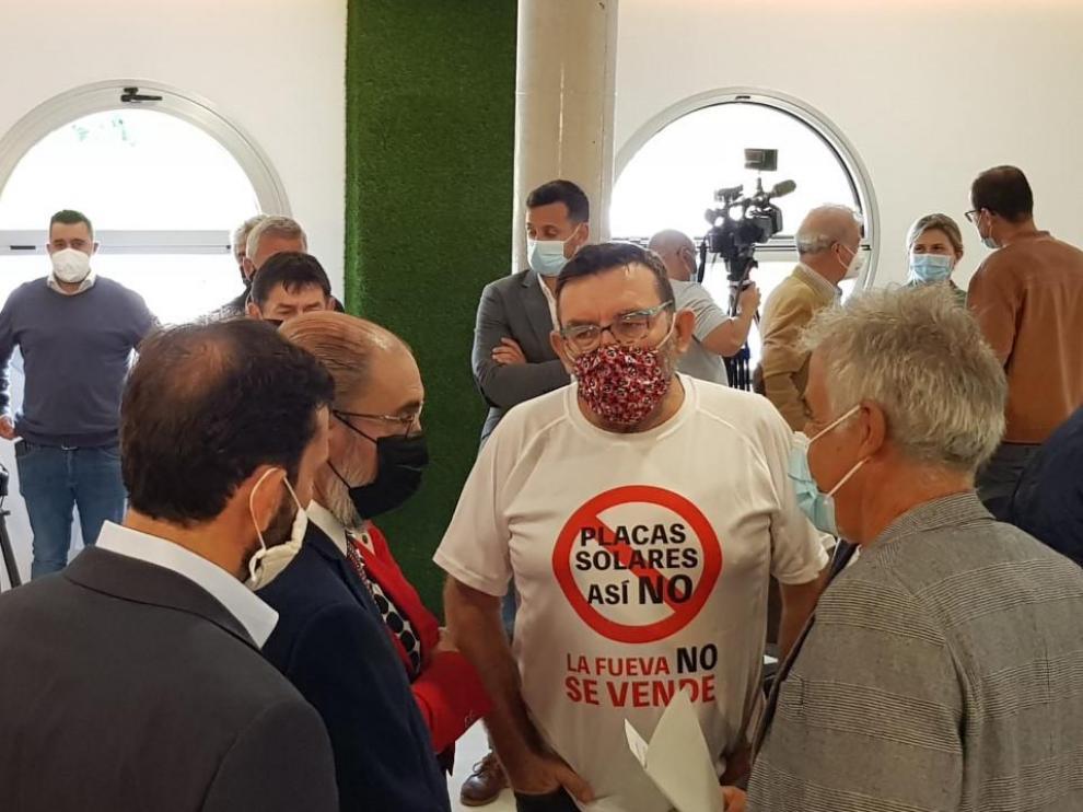 Miembros de la plataforma de La Fueva, hablando con Javier Lambán en Aínsa.