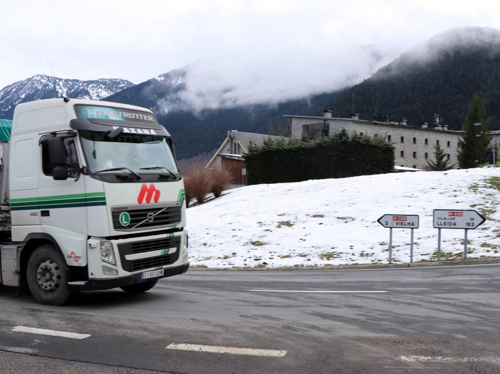 Un camión circulando en invierno por la N-230.