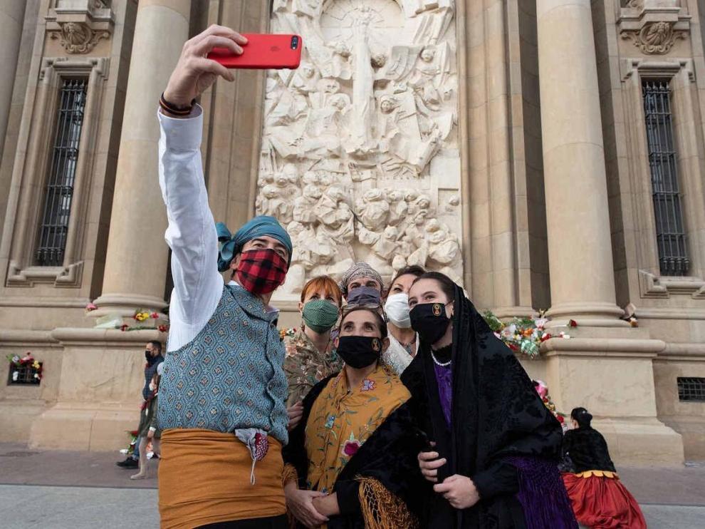 La improvisada Ofrenda de Flores durante las 'no Fiestas del Pilar' de 2020.