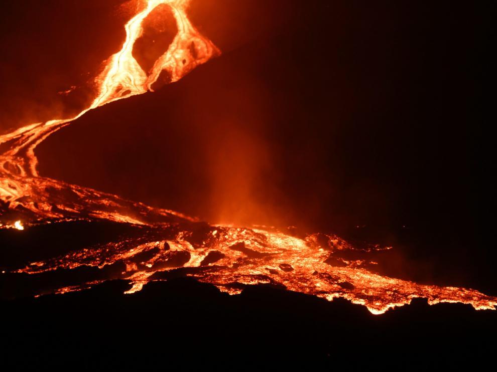 Un río de lava bajaba este lunes por la noche por la ladera del volcán