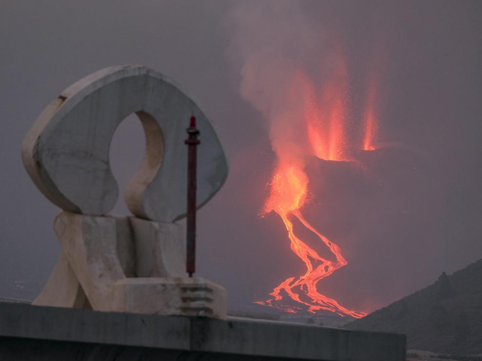 La lava bajando por la ladera del volcán Cumbre Vieja este martes