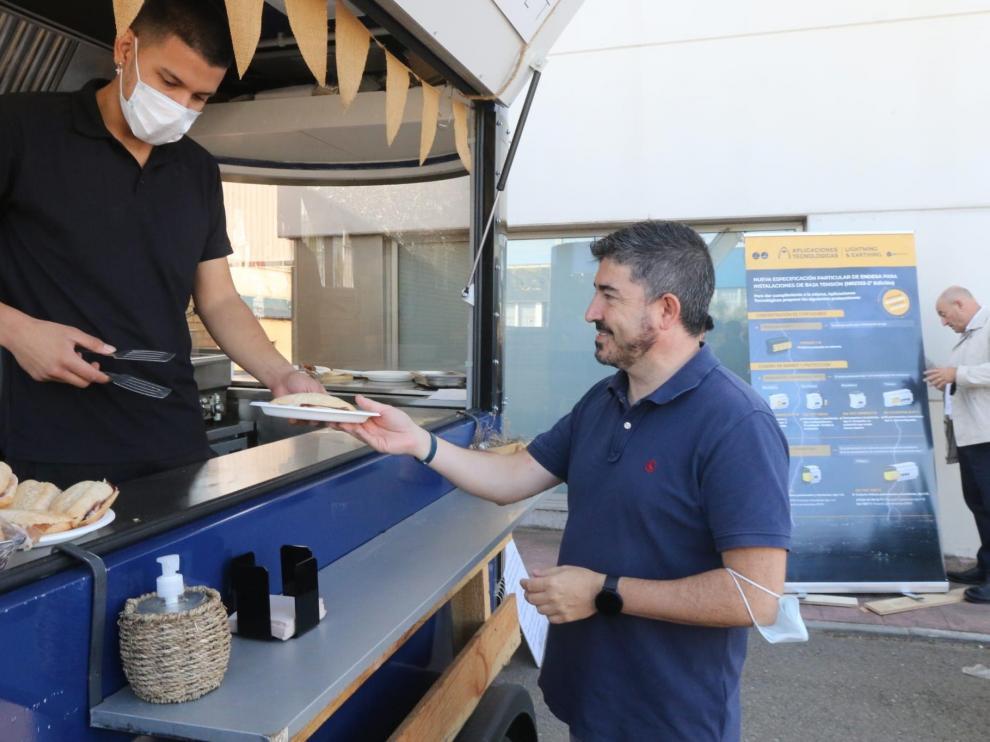 Lorenzo Otín, director general de Navasola, en la food truck que han instalado a las puertas de la empresa durante dos semanas para invitar a desayunar a los clientes.