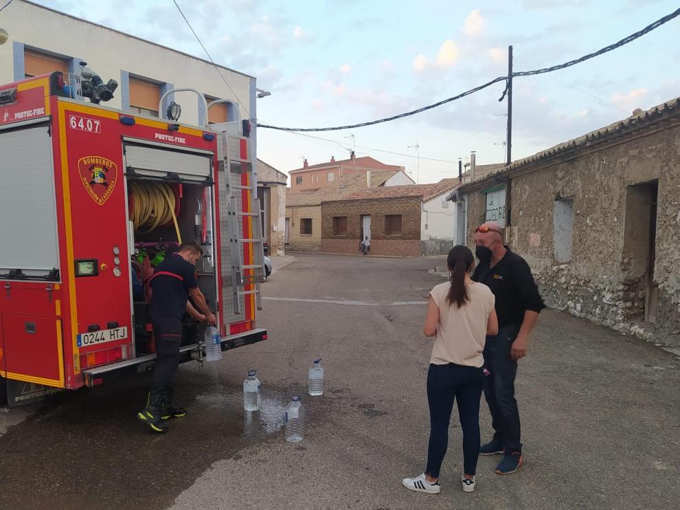 Los bomberos de la DPZ reparten agua entre los vecinos de Villafranca