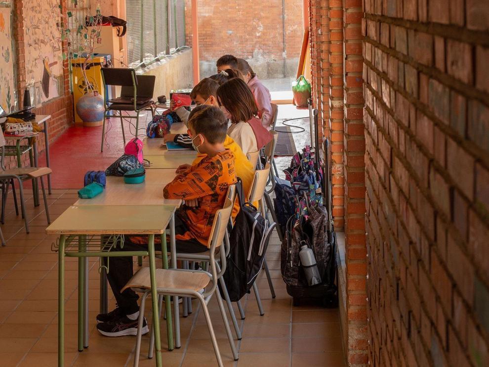 Los menores, en el pasillo en el que dan clase tras el hundimiento del cuarto de calderas