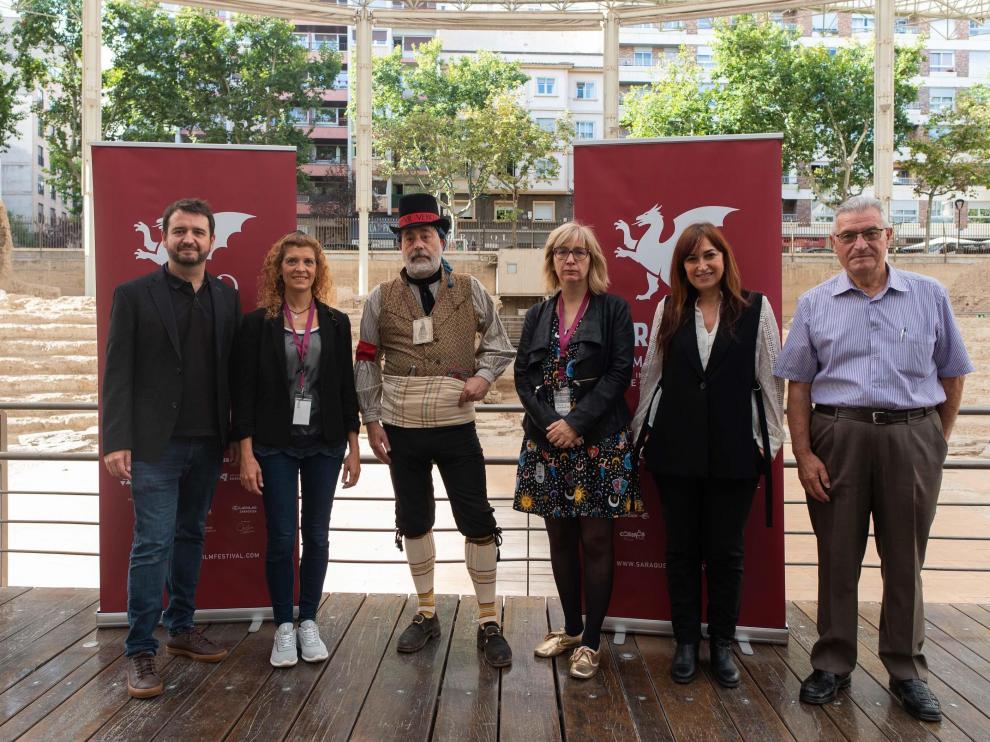 José Ángel Delgado, Susana Martínez y Mirella R. Abrisqueta, junto a colaboradores de la serie.