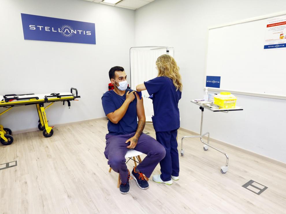Vacunación de trabajadores en la factoría de Stellantis-Opel en Figueruelas.