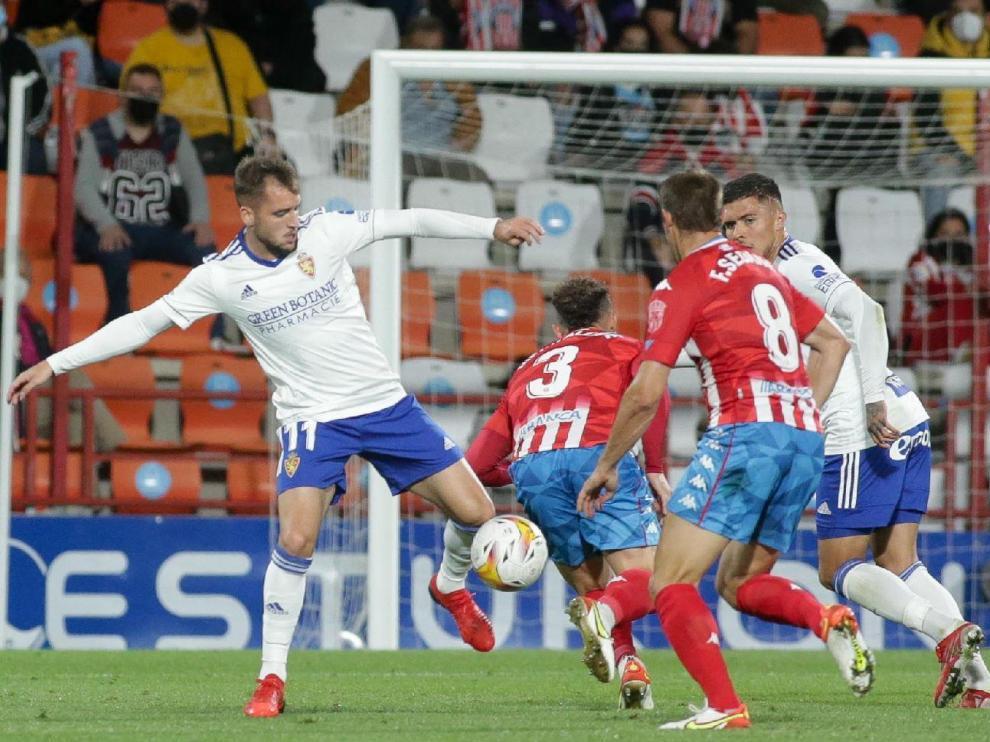 Vada trata de controlar un balón en los últimos minutos del partido del domingo en Lugo.