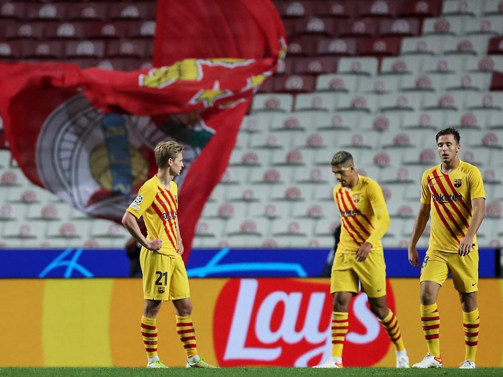 Frankie de Jong (i), Sergino Dest (c) y Nico González, tras el partido contra el Benfica