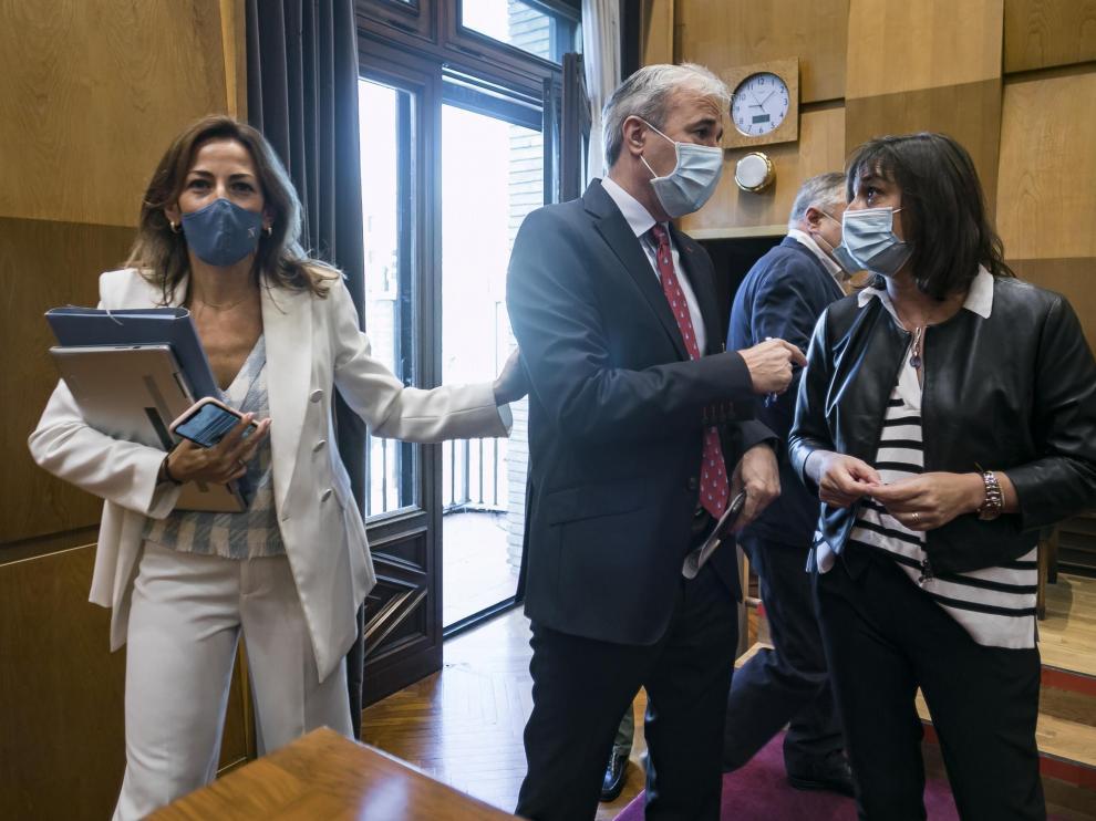 Natalia Chueca, Jorge Azcón y Lola Ranera, este miércoles en el pleno del Ayuntamiento de Zaragoza.