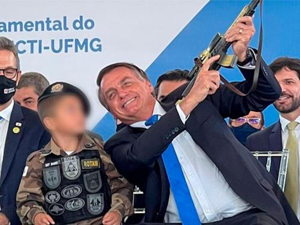 Captura del vídeo en el que se ve a Bolsonaro alzando el fusil de juguete del niño
