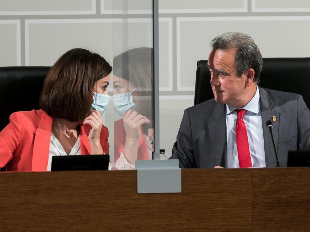 El presidente de la DPZ y la vicepresidenta, José Antonio Sánchez Quero y Teresa Ladrero, durante la sesión plenaria de este jueves.