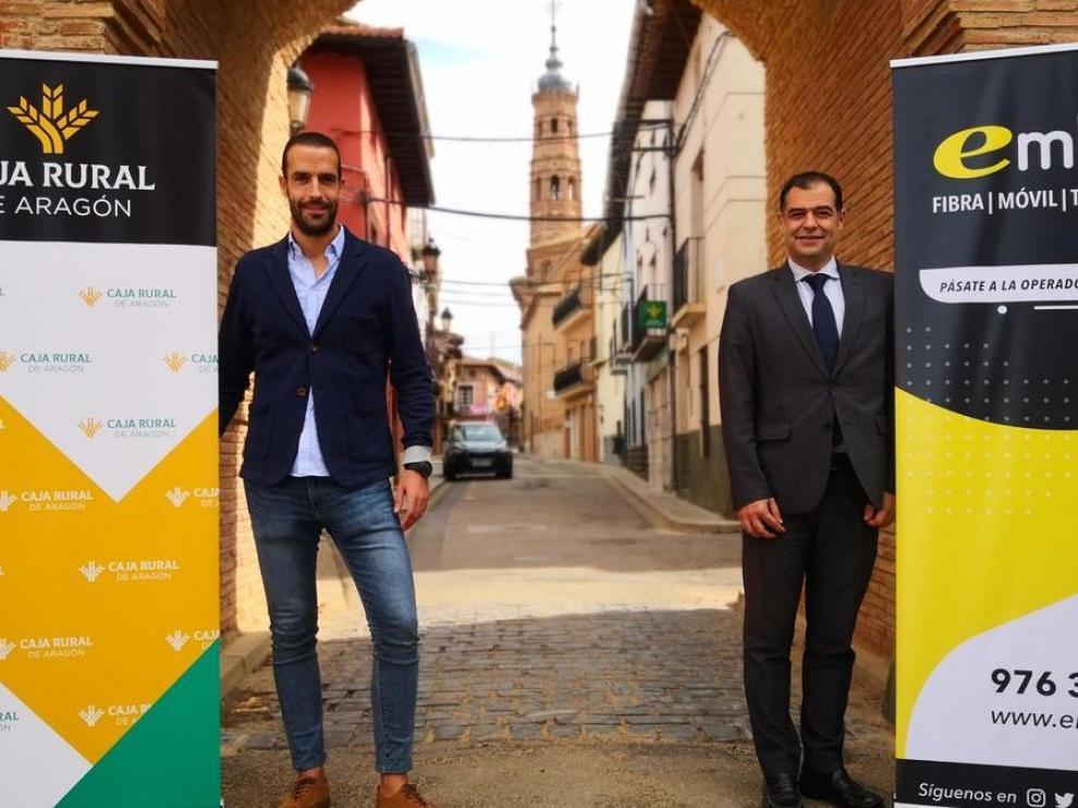 Etién Aldea, de Embou y José Luis Larragay de Caja Rural de Aragón, en Paniza presentando el acuerdo de colaboración entre las dos empresas aragonesas.