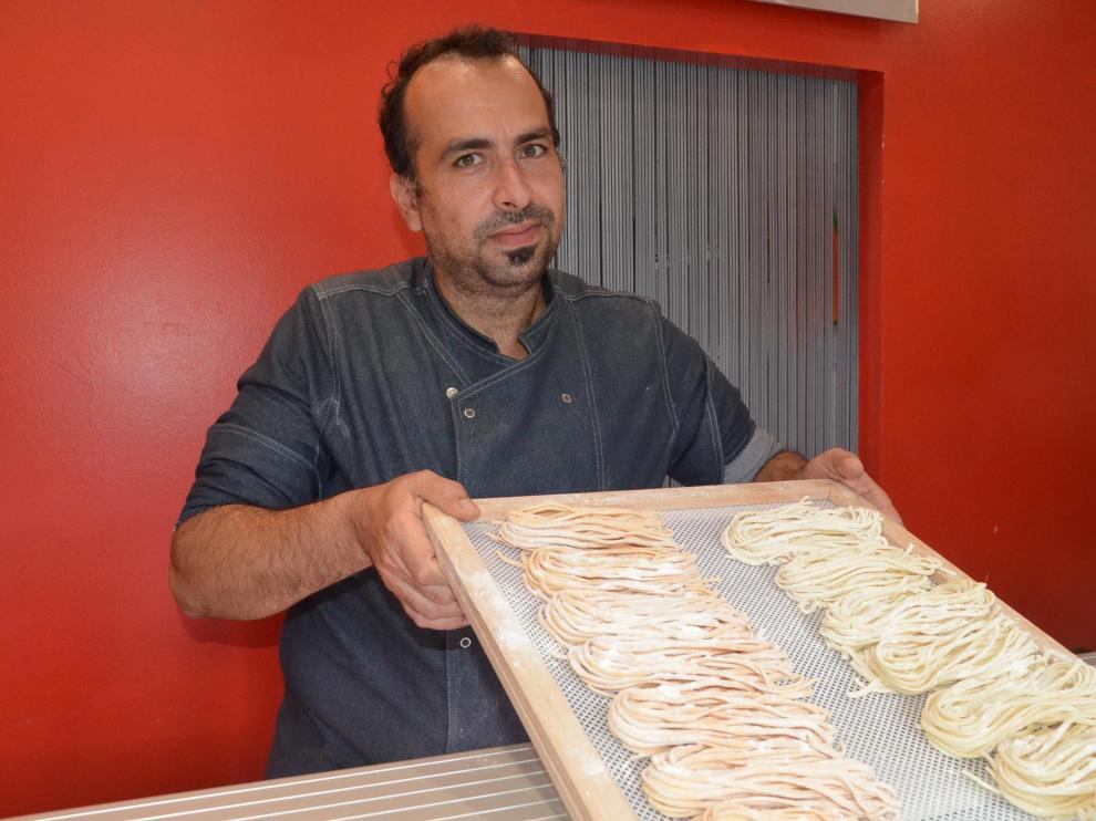 Giuseppe Oddo muestra la pasta fresca que ofrece cada día en el local.