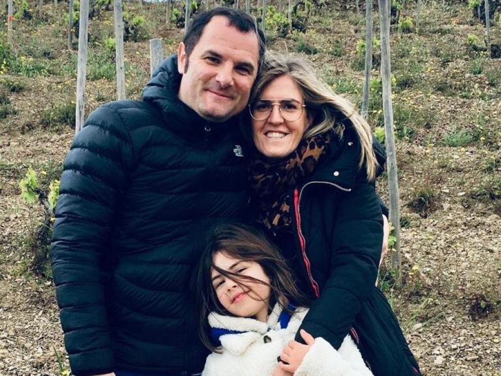 Javier Gil Pejenaute junto a su mujer, Cristina, y su hija, María, en sus viñedos de Tabuenca.
