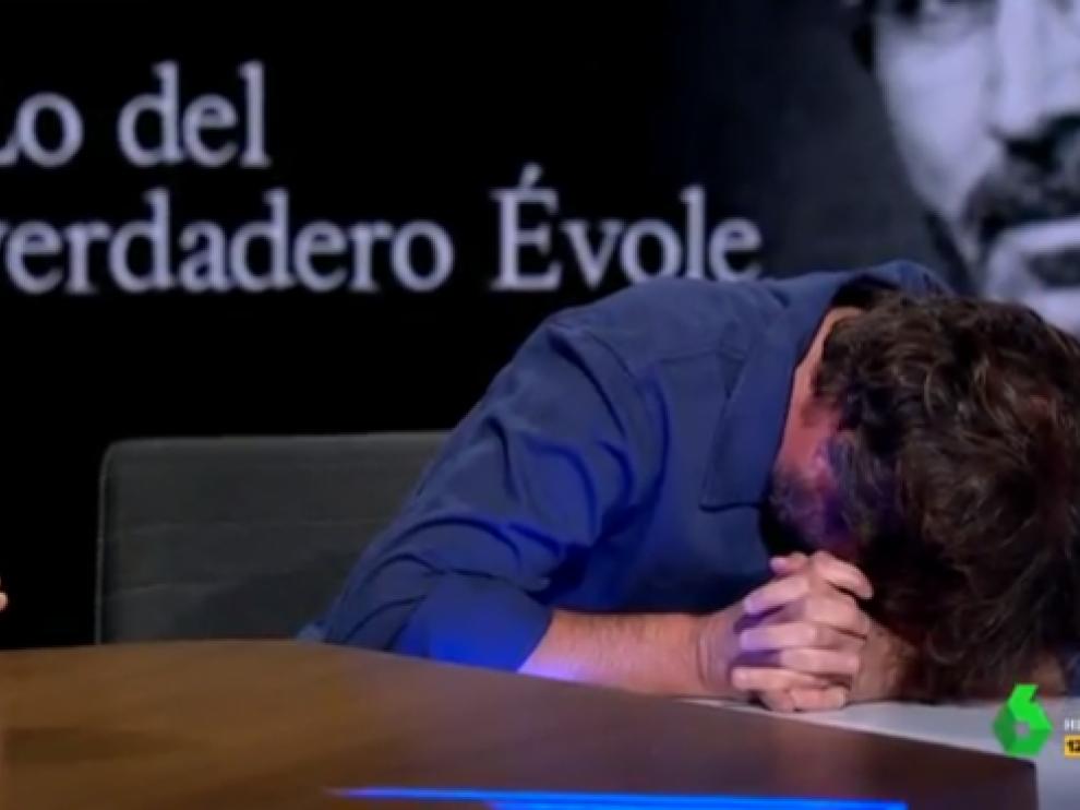 Jordi Évole sufre un ataque de cataplexia en 'El Intermedio', este jueves.
