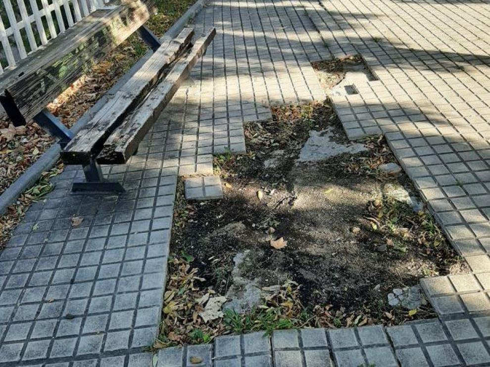 Desperfectos en el pavimiento por la zona de Vía Ibérica