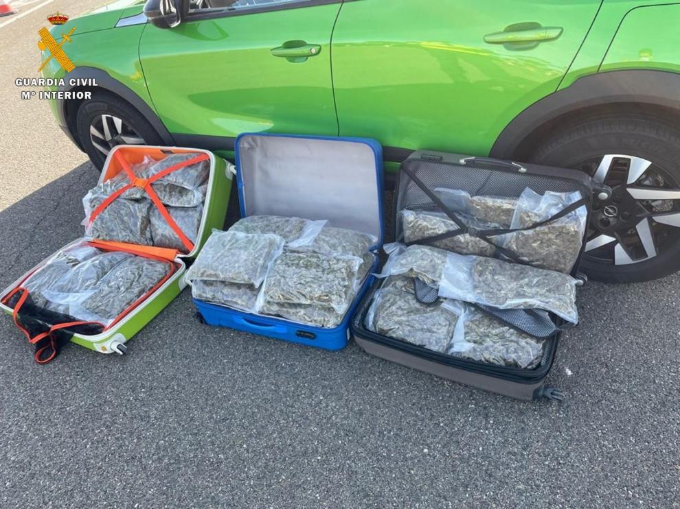 Detenidos cuando transportaban 26 kilos de droga en su vehículo.
