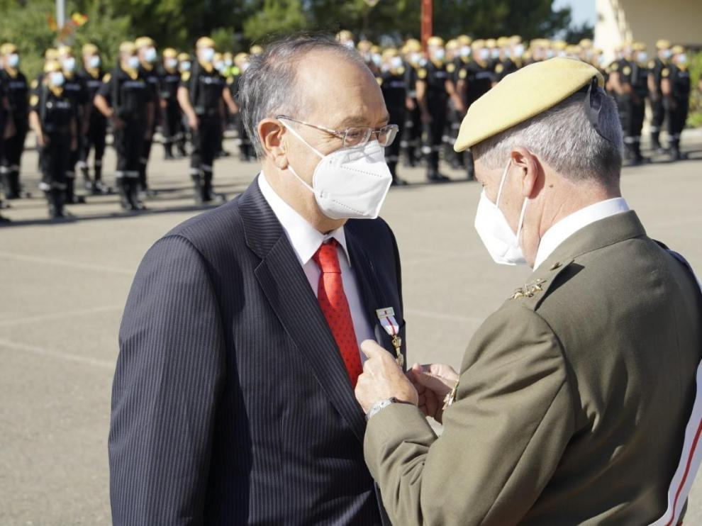 El general aragonés Miguel Alcañiz, que dirigió la Unidad Militar de Emergencias, condecora con la medalla al mérito militar al presidente de la Real Academia de Medicina de Zaragoza, Luis Miguel Tobajas.