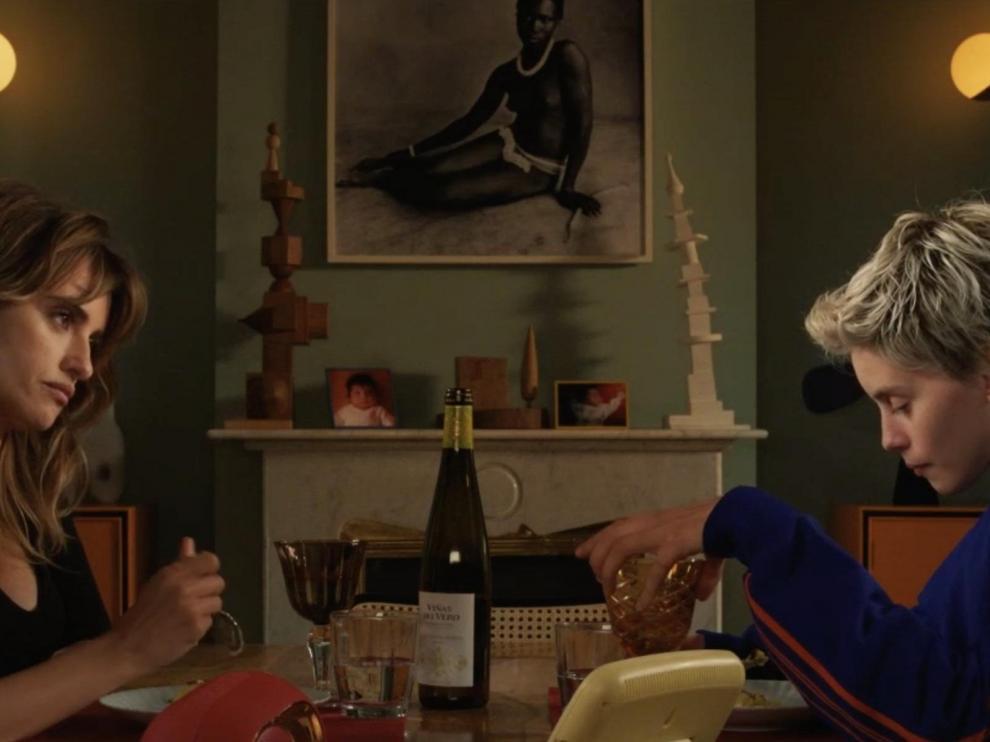 Escena de 'Madres paralelas', con una botella de Viñas del Vero Gewürztraminer sobre la mesa.