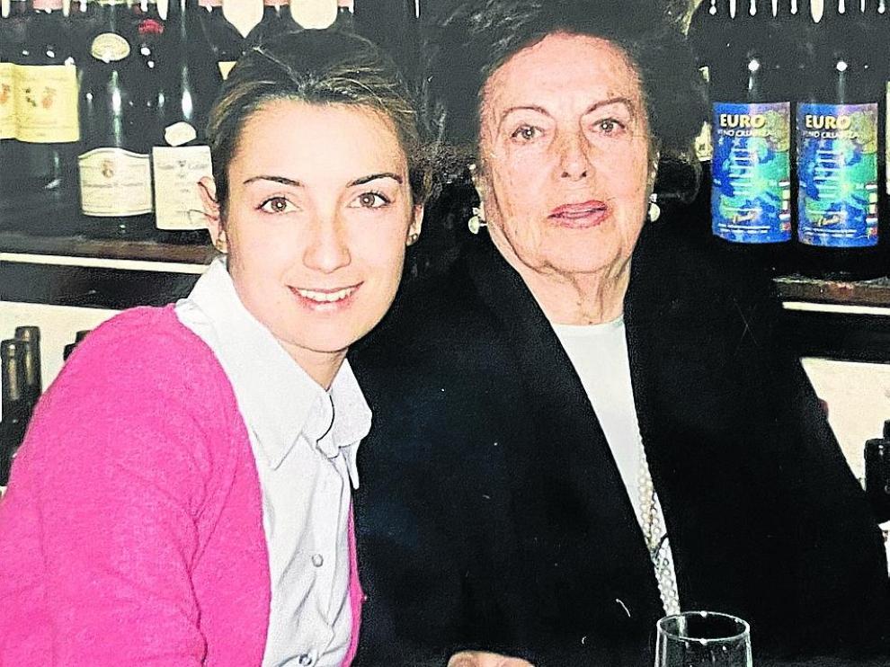 La psicóloga y escritora Patricia Ramírez, con su abuela en Zaragoza