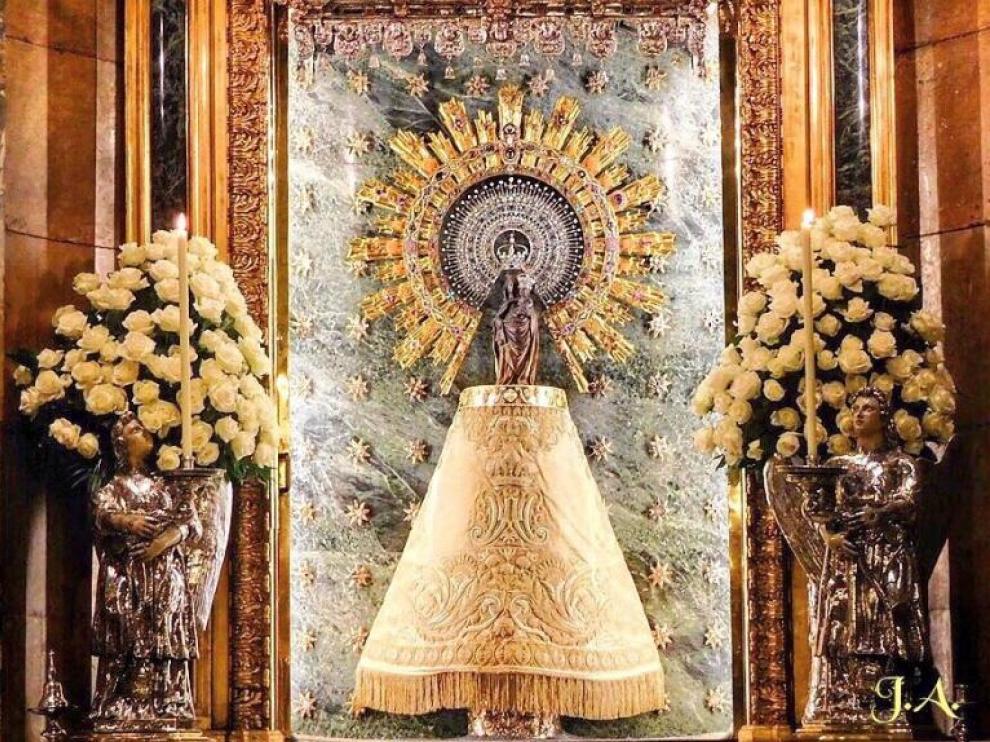 Manto de la Virgen del Pilar donado por el Cabildo