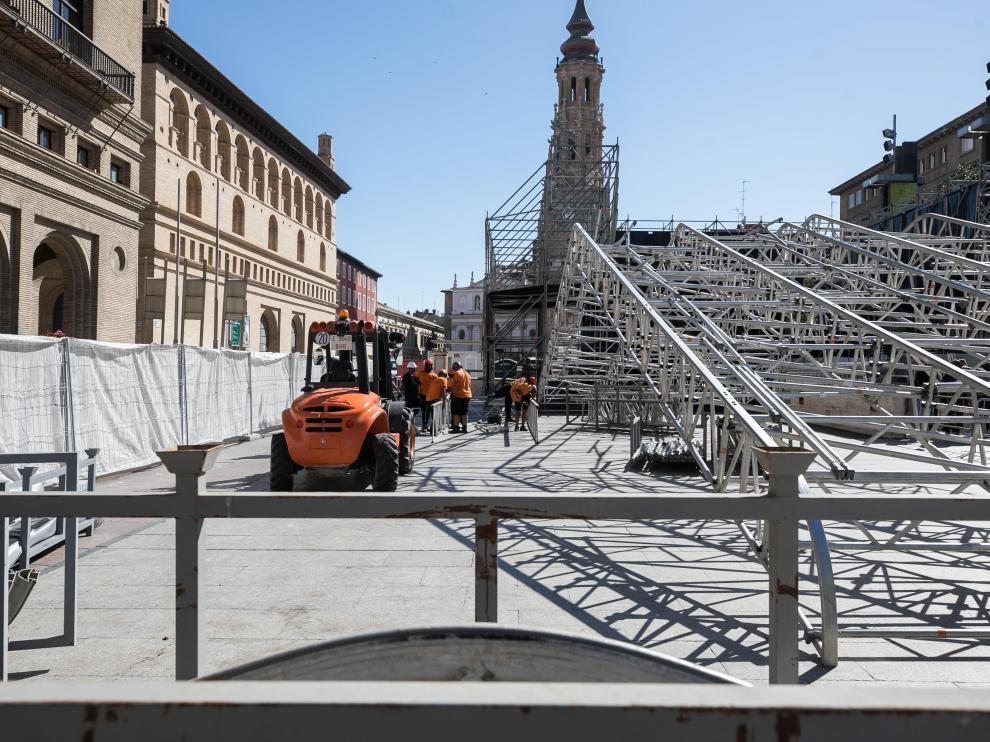 Montaje de un escenario en la plaza del Pilar.