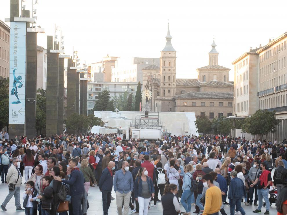 Ambiente en la plaza del Pilar de Zaragoza, con presencia de turistas en las 'no fiestas' del Pilar 2021