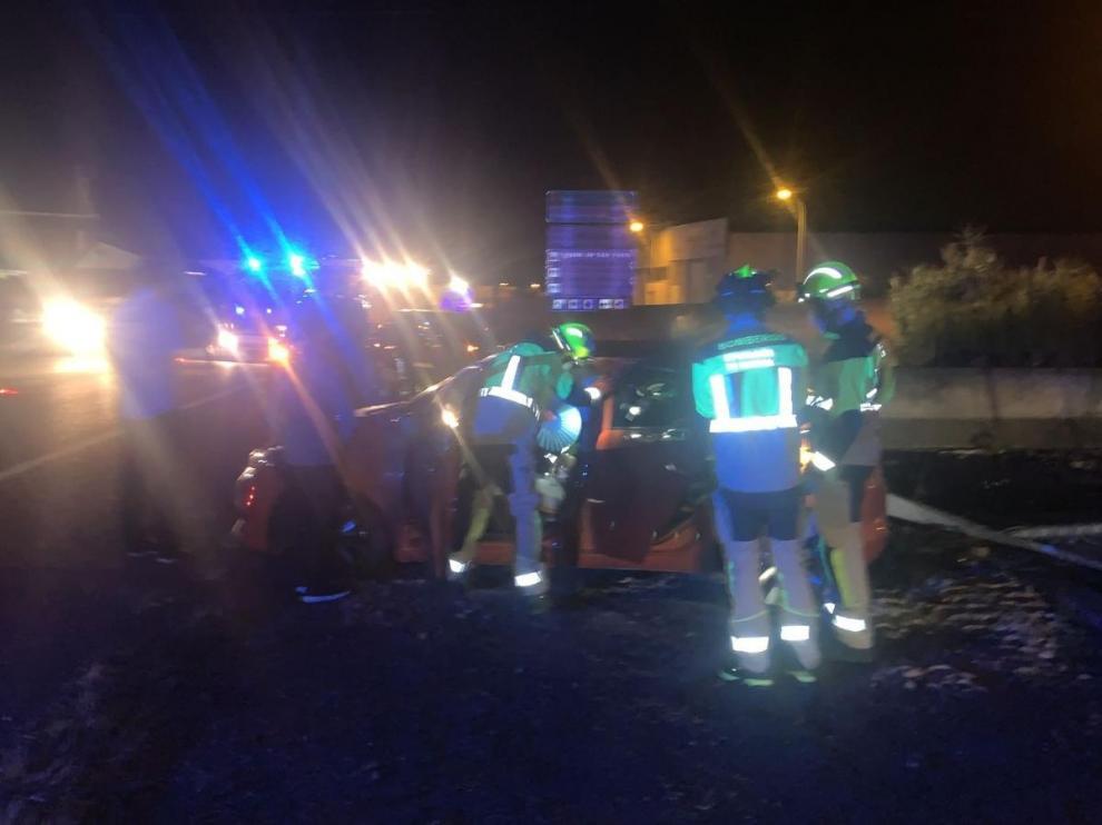 Bomberos de la DPH auxiliando al conductor
