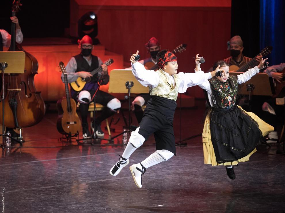 Una pareja de bailadores de categoría benjamín, en la competición del sábado.