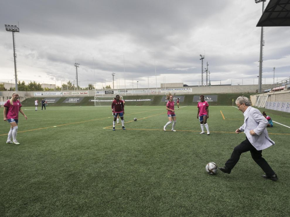 Ángel Dolado, Justicia de Aragón, con las jugadoras del Zaragoza Club de Fútbol Femenino, en el campo Enrique Porta de la Universidad San Jorge. No se pierde ni un solo partido