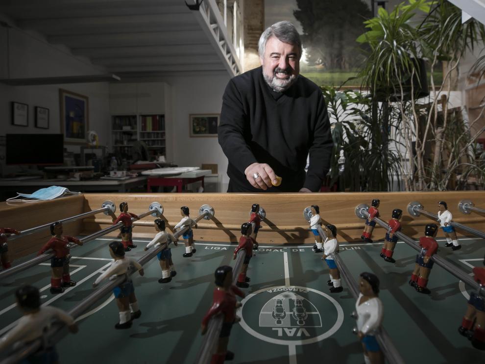 El arzobispo de Zaragoza, Carlos Escribano, destaca entre sus aficiones los paseos por el monte y el futbolín