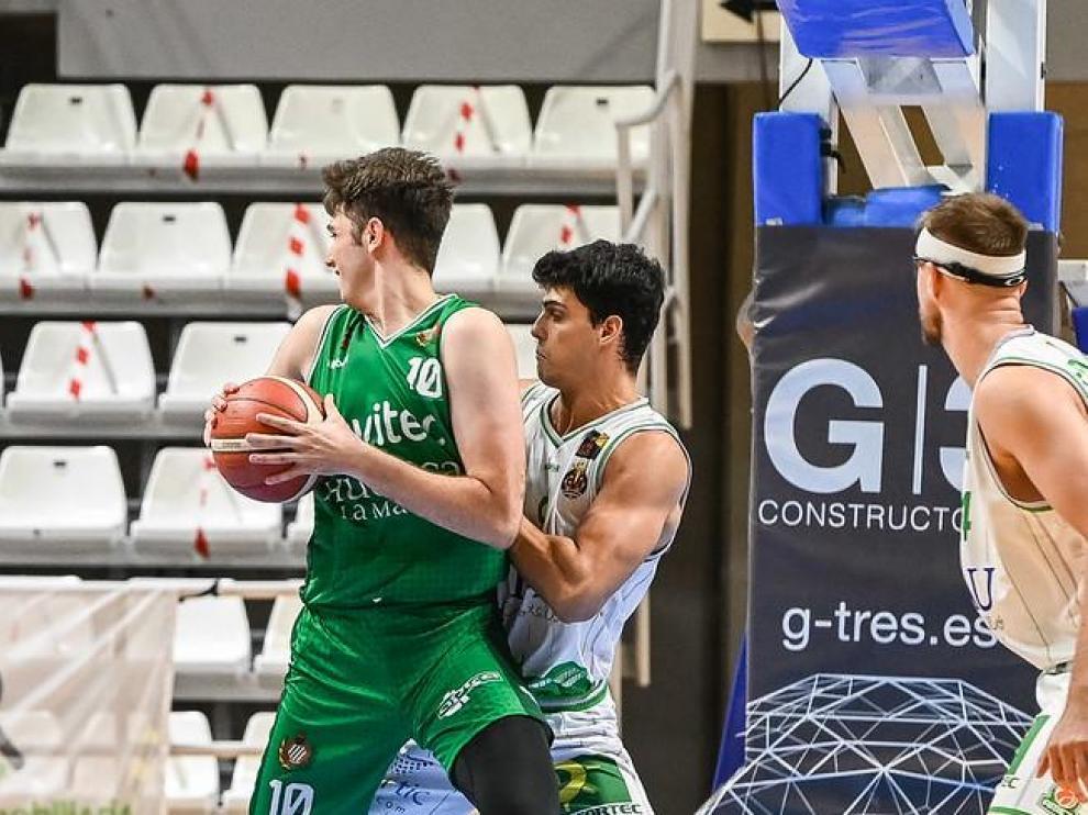 Jaime Fernández, del Levitec, juega de espaldas en el partido con el TAU Castelló.