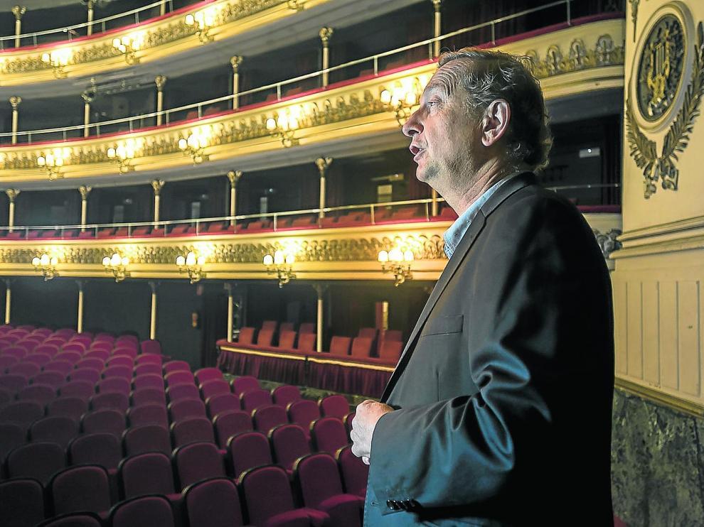 José Lujis Melero, enamorado de la jota desde adolescente, ensaya algunas tonadas en el Teatro Principal.