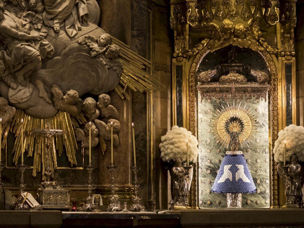 La Virgen, con un manto de papel donado por el Grupo Zaragozano de Papiroflexia.