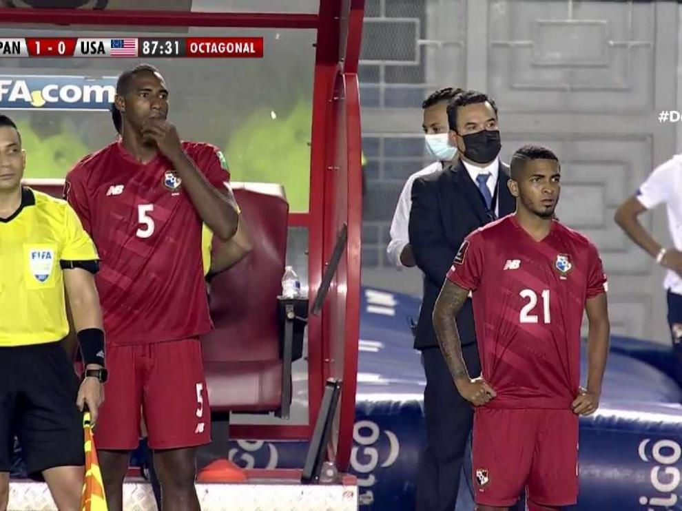 César Yanis, en el momento de saltar al campo en el partido contra Estados Unidos.