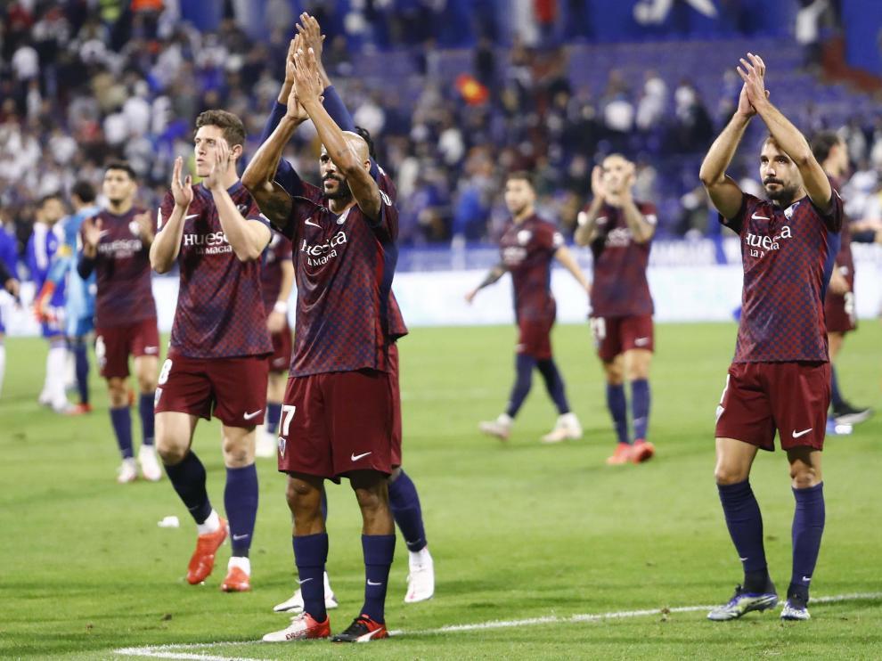 Los jugadores de la SD Huesca aplauden a los aficionados que les acompañaron en La Romareda.