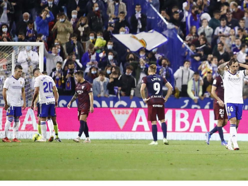 Álvaro Giménez charla con Zapater segundos antes de lanzar y fallar el penalti ante el Huesca. Eguaras no quiso ni verlo.