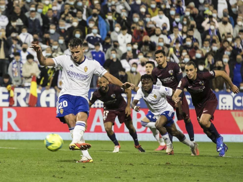 Momento fatídico en el que Álvaro Giménez falla el penalti a favor del Real Zaragoza ante el Huesca en el minuto 84.