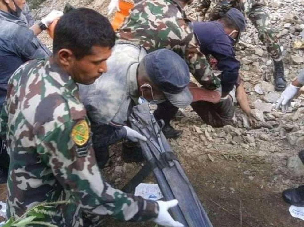 Trabajos de rescate del Ejército de Nepal tras un accidente de autobús.