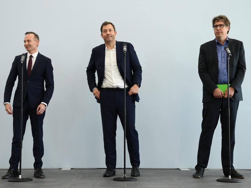 Volker Wissing (FPD), Lars Klingbeil (SPD) y Michael Kellner (Los Verdes), en las conversaciones del posible tripartito en Alemania.