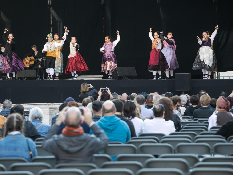 Sillas vacías en la actuación de las escuelas de jota en la plaza del Pilar.