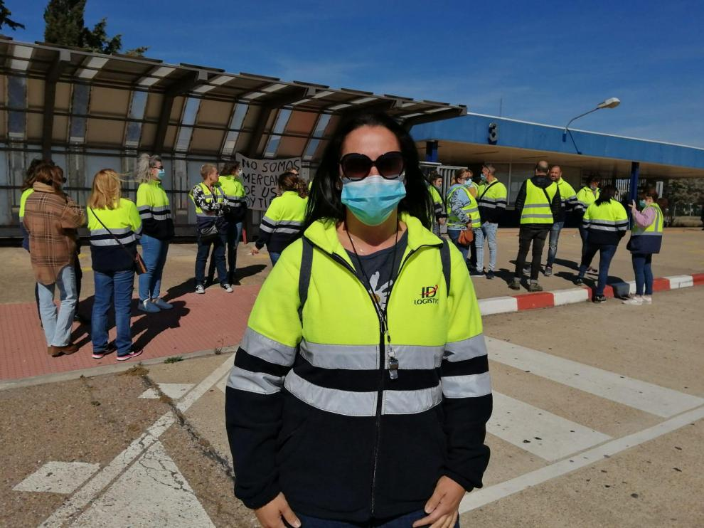 Vanesa Herrero, trabajadora de IDL, en la puerta de PSA Stellantis en Figueruelas.