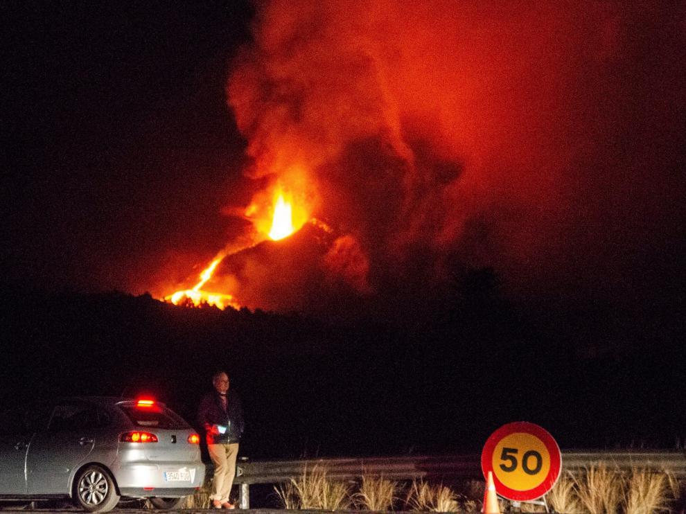 La lava del volcán ha obligado a evacuar un nuevo barrio en Los Llanos de Aridane.