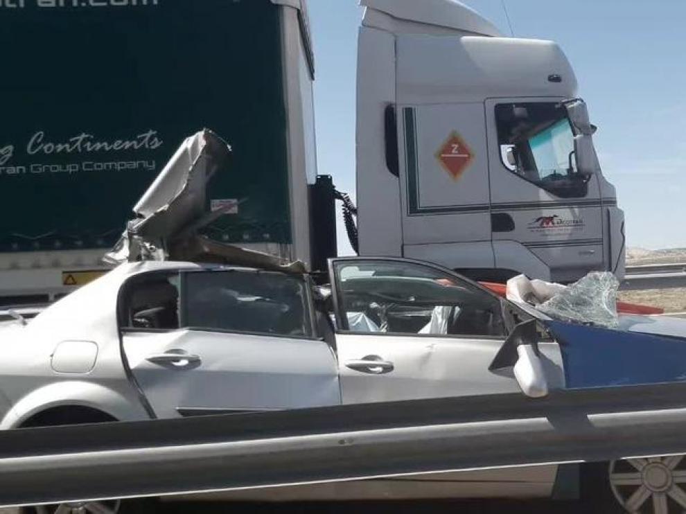 Fallece el conductor de un turismo tras chocar con la parte trasera de un camión en la AP-2