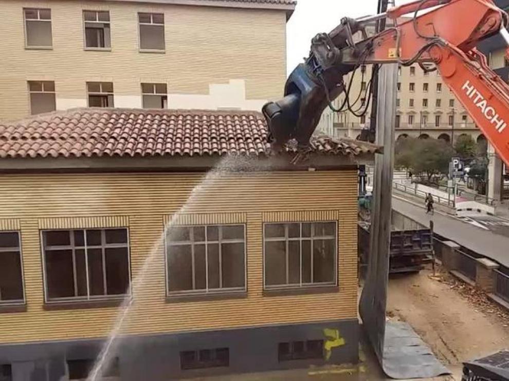 Comienza la demolición del pabellón de Filología en la Universidad de Zaragoza