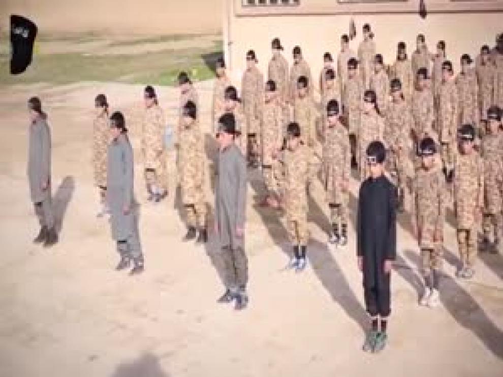 El Estado Islámico publica un vídeo en el que instruye militarmente a 80 niños