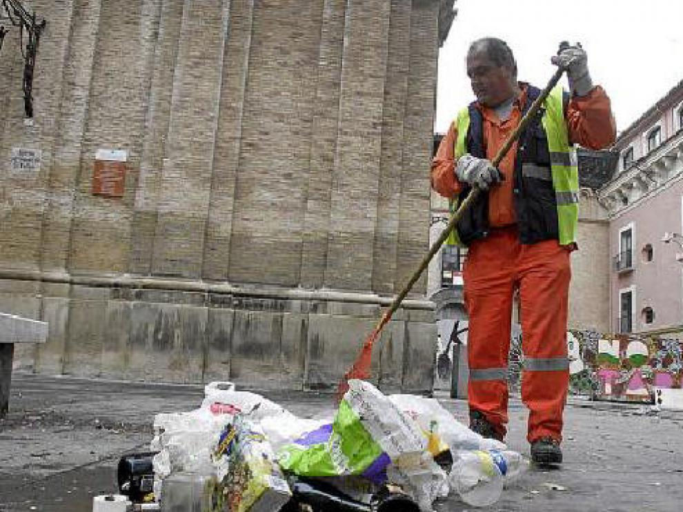 Los basureros comenzaron temprano su trabajo para retirar los restos de la Nochevieja.