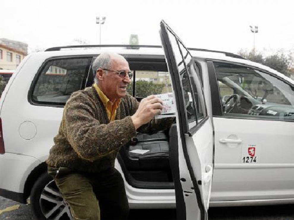 Los taxistas, como el de la imagen, actualizaron ayer sus tarifas