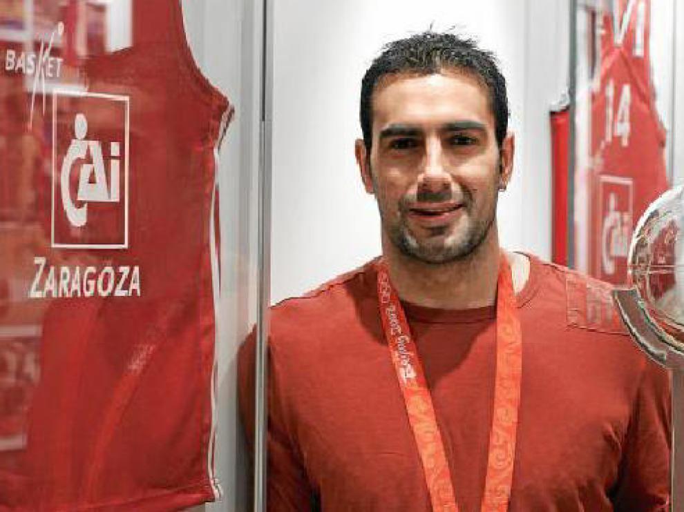 Paolo Quinteros posa con el trofeo de la LEB y con la medalla olímpica.