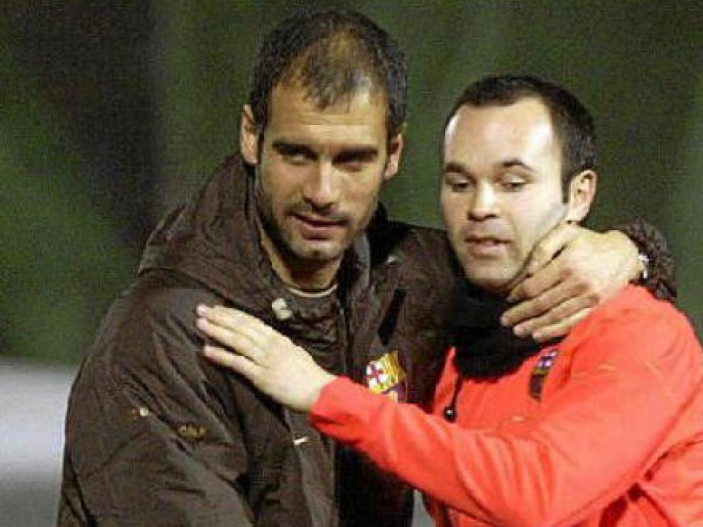 Guardiola y Andrés Iniesta, durante un entrenamiento del Barcelona